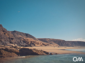 The large natural beach of La Pared at low tide is ideal for small children to play and splash around